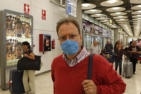 Un pasajero a su llegada al aeropuerto de Barajas.| Sergio González