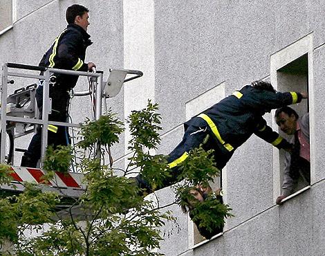 Momento en el que uno de los bomberos salta (Foto: Alberto Di Lolli)
