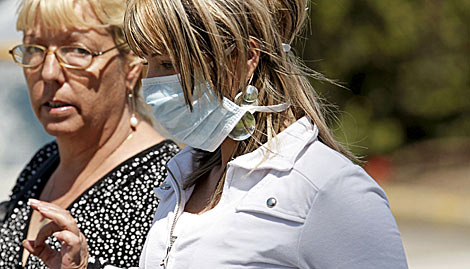 Una joven con mascarilla abandona el hospital de 'La Fe' en Valencia. | Efe