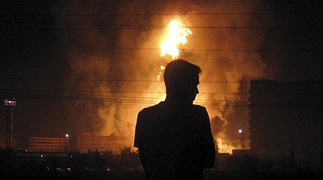 Imagen del fuego creado por la explosión. | Reuters