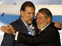Abrazo entre Rajoy y Oreja. | Efe