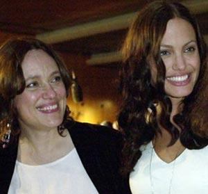Angelina Jolie, junto a su madre. | Ap