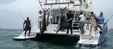 Saiz, en el centro de negro y con un pez espada, en julio de 2008.