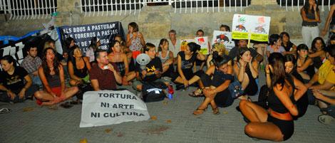 Imagen de los antitaurinos junto a la Plaza de Toros de Palma. | Alberto Vera