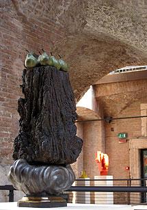 Una delle 32 sculture esposte