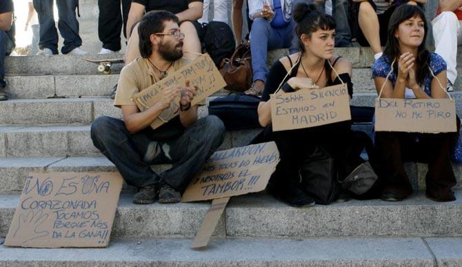 Un grupo de personas se manifiesta en el Parque del Retiro contra la prohibición de tocar instrumentos de percusión en la calle.| Marta Arias