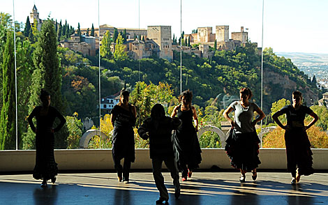 Alumnos de la escuela bailan con la Alhambra al fondo. | Jess G. Hinchado