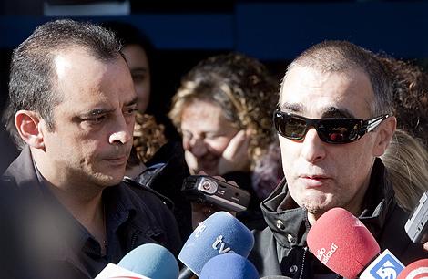 Dos marineros del atunero Alakrana a la salida de los juzgados de Gernika. | Iñaki Andrés
