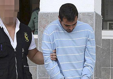 Un agente escolta al hombre acusado de abusos y lesiones a su hijastra. | Efe.