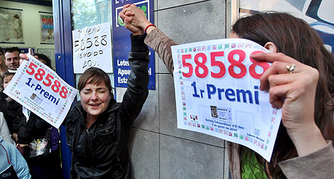 Los ganadores de la Lotería de 'El Niño' con su décimo premiado. | Efe.