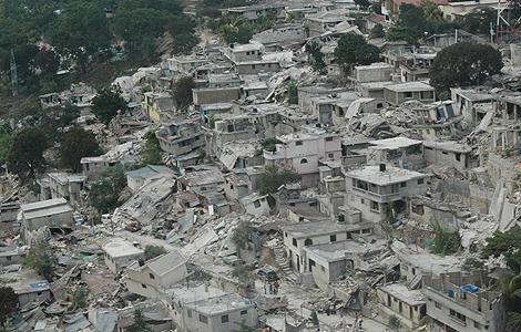 Vista aérea de una zona de Puerto Príncipe destruida por el terremoto. | Cruz Roja