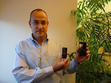 Elkana Ben-Sinai, CEO de Comsys, con dos dispositivos.