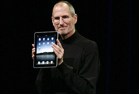 Steve Jobs presentando su nuevo 'juguete', el iPad. | Afp