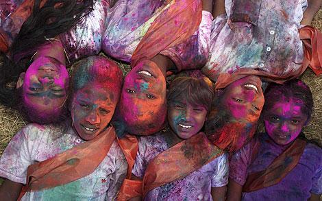 Varios níños 'coloreados' posan en la fiesta de Holi, en Tunapuna.   Reuters