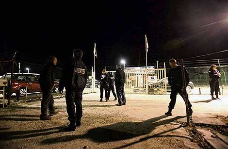 Um grupo de policiais franceses no local onde o seu parceiro era asesiando.  | Le Parisien