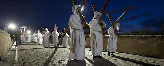 La Hermandad del Santísimo Cristo del Amor procesiona sobre el puente romano de Salamanca. | Enrique Carrascal