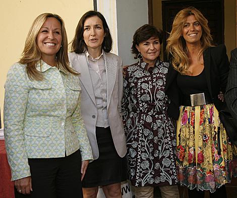 Las ministras de Sanidad y Cultura, la diputada Carmen Calvo y la diseñadora Juana Martín. | Madero Cubero