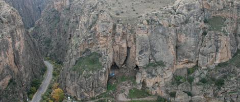 Entrada de la cueva en la que se halló el zapato. | Reuters