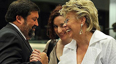 Francisco Caamaño y Viviane Reding. | Afp