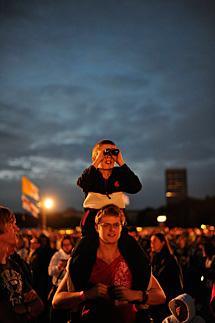 Varios fieles, durante la vigilia. | AFP