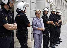 Cordón policial en la Diputación. | E. D.