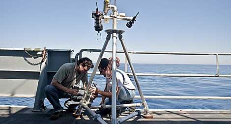 El investigador Timothy Crone preparando la cámara. | Carlos Sánchez.