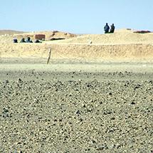 El muro, custodiado por militares de Marruecos. | R.Q