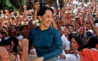Aung San Suu Kyi sonríe a su llegada a la sede del NLD en Rangún.| Efe