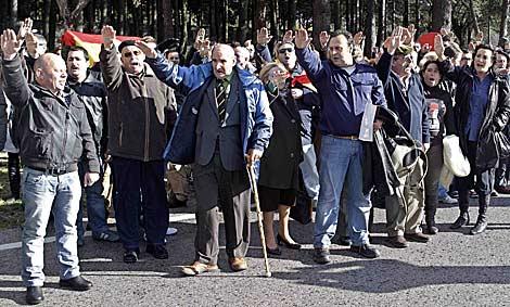 Grupo de franquistas que conmemoraban la muerte del dictador. | AP