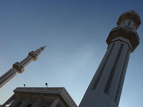 La torre de la derecha de esta mezquita en Doha esconde una antena.