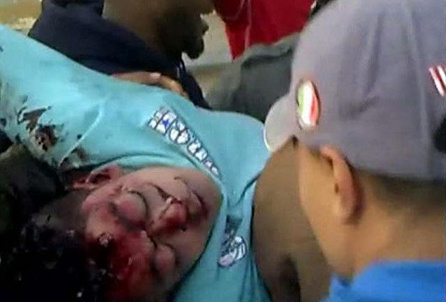 Un joven yace tras ser tiroteado ayer en Bengasi. | Reuters