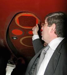 Díaz, del IEO, muestra dónde irá la sonda. | R.G.