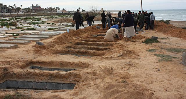 Un grupo de libios se preparaba, este martes, para un entierro colectivo de víctimas en Trípoli. | AFP/HO/OneDayOnEarth.org