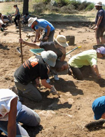 El equipo arqueológico de Ayán. | certo.es