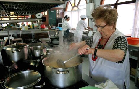 Digna lleva 68 años cocinando en su restaurante El Crisol, en O Grove. | R.G.