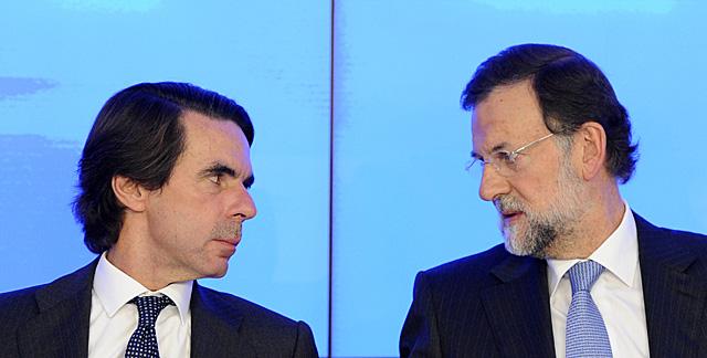 Aznar y Rajoy conversan el pasado lunes en el Comité Ejecutivo Nacional del PP. | Afp/Dani Pozo