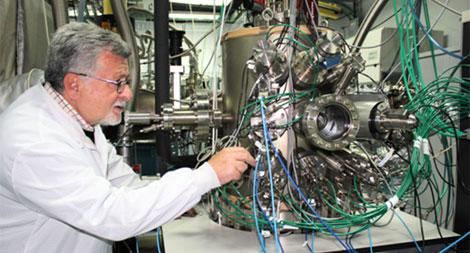 El profesor Fernando Briones (IMM-CSIC) y uno de los equipo de MBE que él ha diseñado.