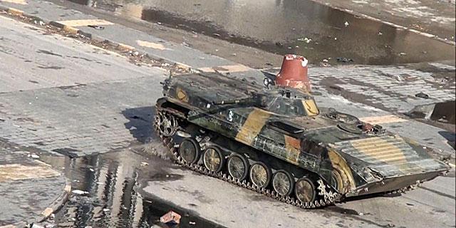 Un fotograma de un vídeo muestra un tanque en la ciudad siria de Homs. | AFP