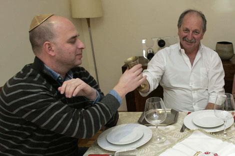 En la mesa comparten el pan, como dice la Torah. | Rosa González
