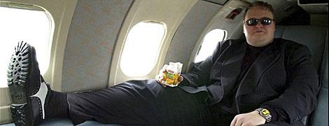 El pirata informático Kim 'Dotcom', acomodado en el interior de su avión particular.