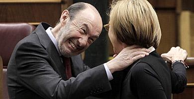 Rubalcaba bromeando con Díez en el Congreso. | Alberto Di Lolli