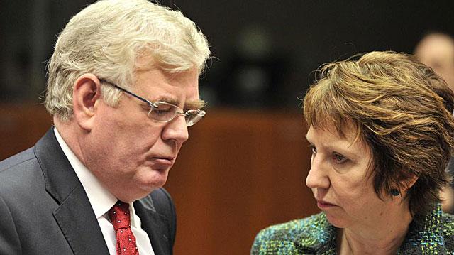 Catherine Ashton escucha al encargado de Exteriores de la UE. | Afp