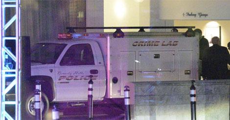 Vehículo de la policía científica en el Beverly Hilton Hotel. | Afp
