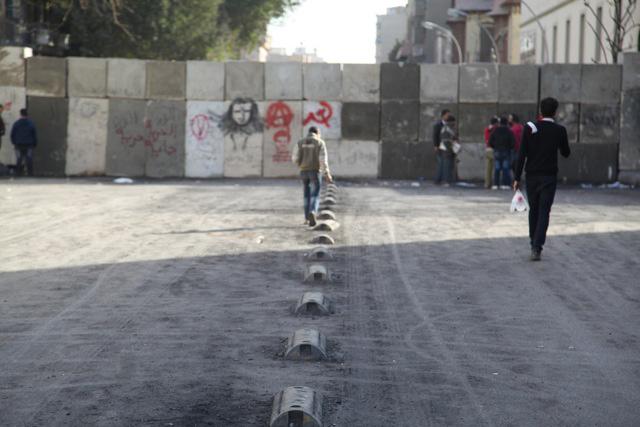 Uno de los muros levantados en torno a la plaza Tahrir en El Cairo. | F.C.
