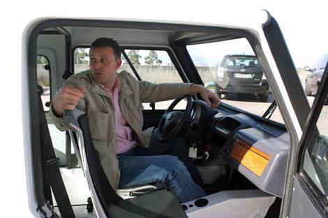 Rubén Blanco, gerente de Little, explica las características de un vehículo. | Rosa González