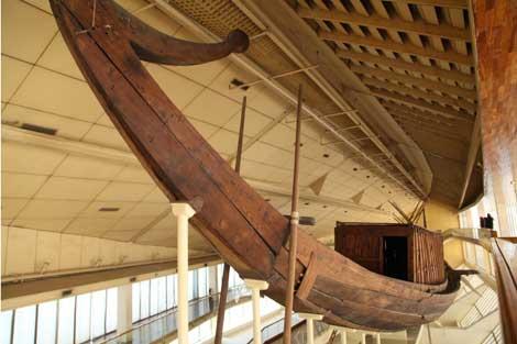 La primera barca solar, exhibida en un museo cercano. | F. Carrión