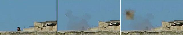 Un soldado sirio lanza un cohete contra la ciudad siria de Homs. | Afp