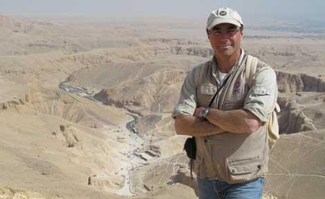José Manuel Galán en Luxor. Al fondo, el Valle de los Reyes. | Rosa M. Tristán