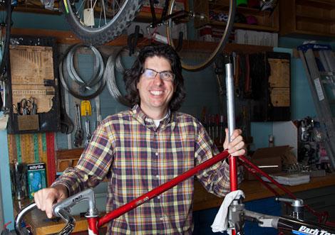 Mr. Jalopy, en su taller de bicis usadas de Riverside, Los Angeles