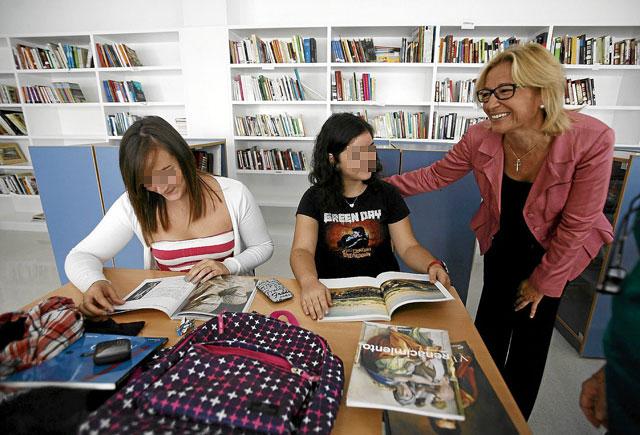 Carmen Tovar en la inauguración de otro instituto de Sevilla con dos estudiantes.   Esther Lobato